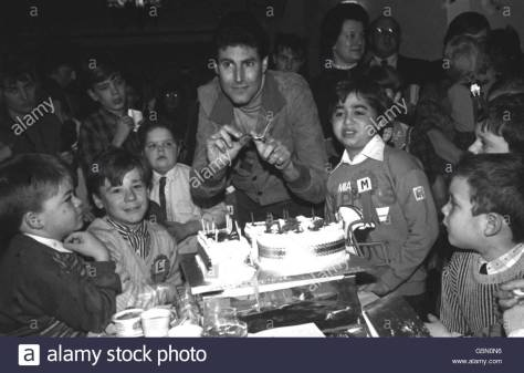 uri-geller-at-childrens-party-g5n0n6