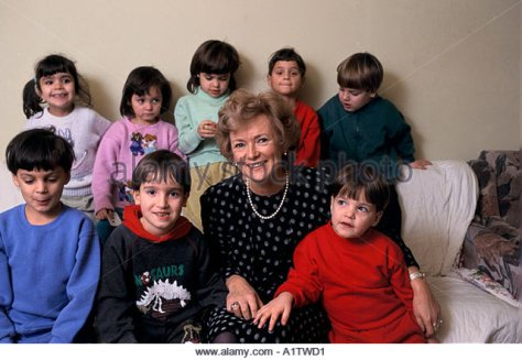 glenys-kinnock-at-clinic-for-children-with-aidswith-large-group-of-a1twd1